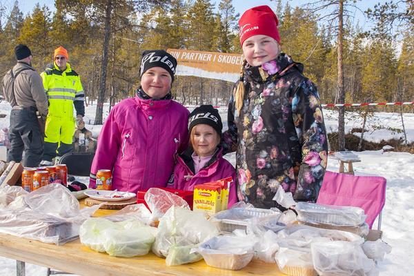 Härjedalens simklubb fanns på plats och sålde fika för att dra in pengar till klubben. Elsa och Julia Nordqvist och Bella Erikssonn njöt i solskenet.