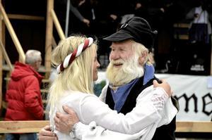 Traditionsbärare. De senaste åren har Strömsbergs folkdansgille i Tierpstrakten varit med i Kopparberg. – Vi trivs så bra ihop med Hörkengänget, säger Ingemar Sund. Han dansade med Hannah Öqvist och till levande musik av Bergslagernas spelmansgille.