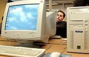 Foto: LASSE HALVARSSON Med datorn ut i världen. Johnnie Puhlander är sugen på ett industrijobb i Norge.