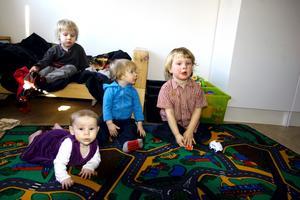 Wilgot, Greta och Gustav Björkil och Leo Kellén har kläder från bytardagar på sig till vardags.
