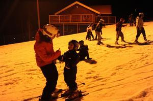 Flera skidlärare var på plats för att assistera och peppa nybörjarna i backen.