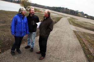 Margareta Örn Liljedahl och Per Dahlstrand har arbetat nära och intensivt med saneringsarbetet. Ingemar Olofsson, till höger, har en vision om hur Stugsundsudden ska kunna utvecklas.