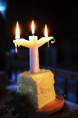 Även förr skapade ljus den rätta stämningen vid jul. Ljusstaken kunde vara flerarmad, men en arm för varje familjemedlem. Här är den nedstoppad i ett block smör.