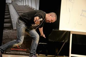 Stand up comedy. Alexander i en av sina målande beskrivningar av incidenter kopplade till alkohol och droger.