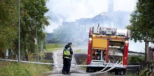 Vid mötet i bygdengården, om bränderna i Malingsbo, såg några deltagare en för dem okänd man. Nu är dalapolisen intresserad av upplysningar om mannen. Här en bild från en av räddningstjänstens utryckningar till Malingsbo i september. Foto: Klockar Mattias Nääs / Arkiv / DT