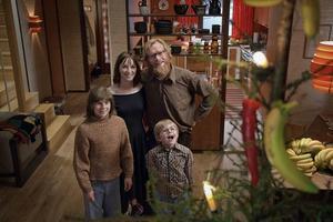 """Jens Liens """"Revolt"""". Här byter familjen glatt ut Jesus mot bananer på julafton."""