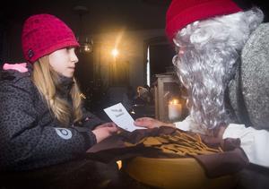 Elvaåriga Lovisa Lycksell från Falun passade på att önska julklappar i form av Lego Friends, biljetter till Globen Horse Show och en drönare av jultomten.