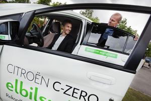 Roger Persson provkörde elbilen tillbaka till kommunfullmäktigesammanträdet och Per Laurell åkte med.