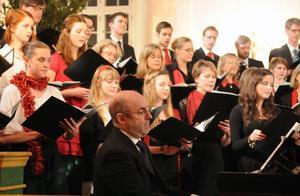Vid körkonserten i Dala-Järna kyrkan medverkade organisten Richard Pearce tillsammans med den 80 personer stora kören från Music weeks in Swedens sammankomst i Snöån.