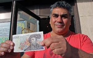 Vahid Kharaghani fick inte betala med tusenlappen på Willys, han hade handlat för lite. Foto: Eva Högkvist