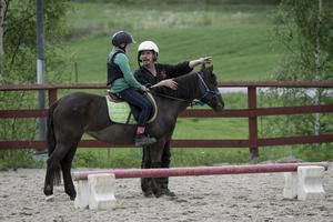 Julia Bjurling Pahlbäck deltog i hästhanteringskursen med ponnyn Malva. Här får hon instruktioner av Svante Johansson.