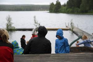 Det var inte det perfekta badvädret, utan många tog skydd under paraplyer och regnjackor.