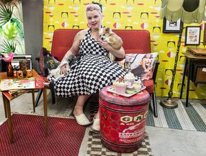Emma Olsson i den retroinredda butiken Tös med klös. Även chihuahuahundarna Ivar och Lilly trivs i soffan.