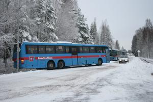 En buss hamnade på snedden i Hitorpsbacken, vilket gjorde att övriga bussar fick ta en annan väg.