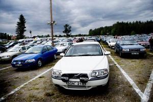 Sven-Erik och Svea Lust från Hälsingland sitter i den vita bilen och hoppas att de har turen med sig i kväll.