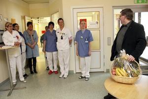 Landstingsråd Sören Bertilsson, S, gratulerar akutmottagningen i Avesta. Här lämnar han över en fruktkorg till personalen.