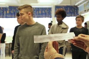 Värderingsövningen där eleverna i 8A ska ta ett steg framåt om påståendet passar rollen är över. Längst fram står Jonathan Larsson. På hans fiktiva karaktärslapp står det bland annat att han är