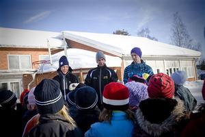Instruktion inför pepparkaksgubbeleken, från vänster Johanna Frank, Mikael Erhardsson och Emil Rosell. Barnen lyssnar uppmärksamt.
