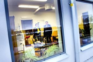SATSADE PÅ NYTT. Ett företag har också fått plats i Skanskas nybyggda punkthus på Alderholmen. Osteopaterna Geertje Meijering och Björn Sundelin behandlar olika smärttillstånd och har bråda dagar att ställa i ordning till torsdag då Björns praktik öppnar i sina nya lokaler.