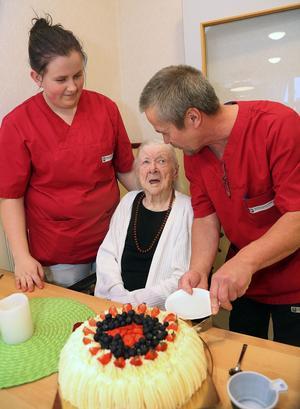 Linn Röysheim och Erkki Hartikainen fixar en rejäl tårtbit till Maja, 105 år.