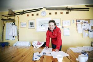 Ida Jonsson, elev på skidgymnaiset, håller reda på alla 550 deltagare i Västjämtska. Av tradition är det elever på skidgymnasiet i Järpen som arrangerar Västjämtska.