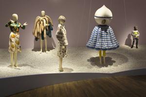 En del av utställningen här med bland annat Hideski Seos blåvita tårensemble.   Foto: Mattias Lindbäck.