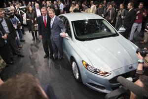 Vill du veta hur nästa Ford Mondeo kommer att se ut – titta på nya Ford Fusion. Fords vd Allan Mulally (t.v) och Bill Ford (t.h), barnbarn till grundaren Henry Ford, bekräftade att bilen ska heta Mondeo i Europa.