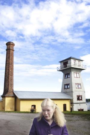Vibeke Olsson Falk på plats där det begav sig, i Svartvik.