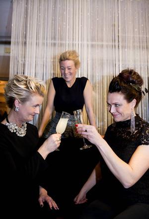 Mycket nöjda alla tre. Skål för det nya året och för de snygga frisyrerna. Katarina Stenholm har arbetat med hår i 20 år och tycker det är roligast att göra feststylingar och håruppsättningar.
