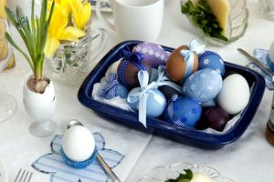 Som smycken. Färga ägg och pynta med band! Nyanserna får du genom att låta äggen ligga olika länge i äggfärgen. Fäst banden med lite lim.