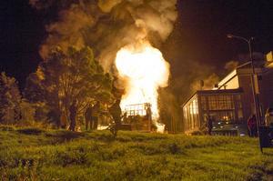 Polisen har spärrat av ett större område runt brandplatsen.