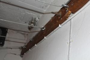 I taket i tvättstugan hänger damm överallt. Lisa och Konrad hänger aldrig sin tvätt där eftersom kläderna blir smutsigare då.
