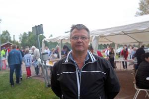 Älvdalens HC:s eldsjäl Lars Andersson hade fullt upp den här kvällen.