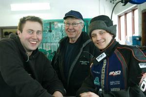 Det var idel glada miner på Sahlins verkstad i går. Mekanikern Thomas Larsson, skoterförsäljaren Lars-Erik Sahlin och John Stenberg myste bland alla kunder som kom in och gratulerade.