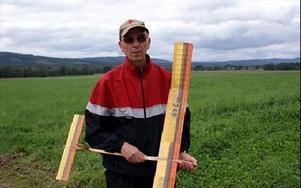 Inge Sundstedt, 65 år, från Djurmo är med och tävlar i Gagnefsträffen, en nationell modellflygtävling som Gagnefs flygklubb modellflygsektionen arrangerar. FOTO: ANGELICA LINDVALL