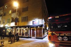Utrymdes. Charlys Bar & Steakhouse på Köpmangatan i Sandviken utrymdes på lördagskvällen.