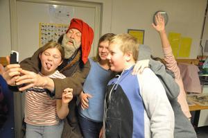 Tomten kom och tog selfies med eleverna under pepparkaksbaket. Arbetarbladet kan avslöja tomtens identitet: Johan Sennerfeldt, rektor på Älvboda Friskola.