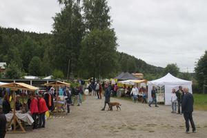 Trots dåligt väder lockadeHammars marknad många besökare.