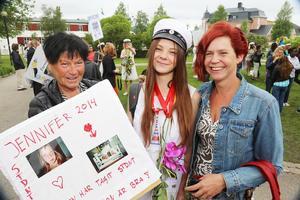 Studenten Jennifer Lavesdotter från Vemdalen tillsammans med mormor Bibbi och mamma Anna.