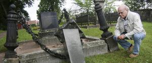 Den kraftiga järnkättningen gick av och pollarna förstördes när obelisken skuffades omkull.