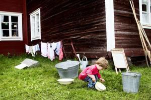 Wilmer Forssell Söderström passade på att leka ute i gröngräset.