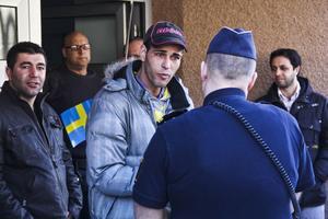 Polis kallades till lokalen för att be demonstranterna att avlägsna sig från själva kontoret. Det gjorde de utan bråk.