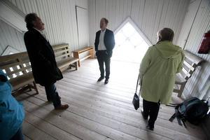 Ett av de många vackra rummen i Gåxsjö kyrka som till helgen blir konstgalleri. Fr v Tore Brännlund, Gert Andersson och Anita Olofsson