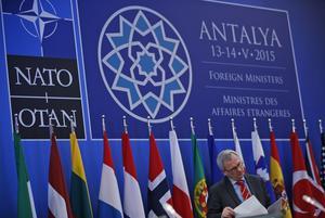 Många kockar. Socialdemokraterna menar att Natos beslutsregler och byråkrati hindrar ett snabbt agerande vid en kris. Bilden från ett utrikesministermöte i Nato. Foto: AP/TT