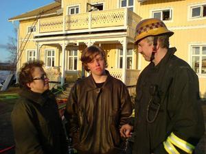 Ola Höglund, 14 år, i mitten handlade snabbt när huset började brinna och räddade sin lillebror. Här med mamma Maj Britt Jonsson och räddningsledaren på plats.