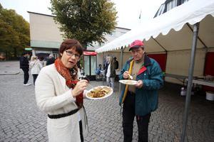 """Eva Börjesson och Kennet Pettersson tyckte det var gott med mat från Eritrea. """"De är duktiga på att anordna evenemang i Norberg"""", konstaterar de."""