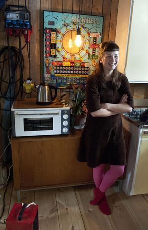 Just nu värmer hon upp huset med grön-el, så klart. Runt 18 grader har hon haft det inne i vinter och hon är glad att det inte varit någon ruggig vargavinter i år, än så länge.