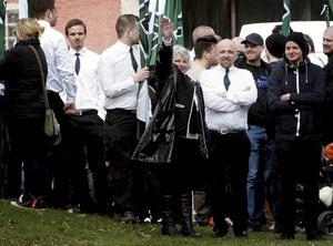 Vera Oredsson på plats i Liljeqvistska parken i Borlänge. Bilden där hon sträcker upp handen i luften har fått stor spridning efter att den publicerades på den politiska bloggen Polimasaren.   Foto: Fredrik Almroth