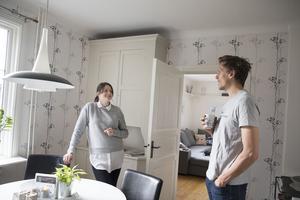 I köket finns en av få inredningsdetaljer som de inte är helt överens om. Maria vill måla över tapeten, men Bobo vill ha den kvar.