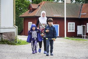 ny plats. Mamma Ghader Nema, med barnen Mohammad och Hassan kom till Westsura i söndags. Foto: Jonas Bilberg